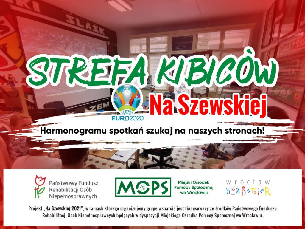 Plansza informacyjna z napisem Strefa kibiców Na Szewskiej, Harmonogramu spotkań szukaj na naszych stronach, w na dole logotypy projektu Na Szewskiej - PFRON, MOPS Wrocław i Wrocław bez barier