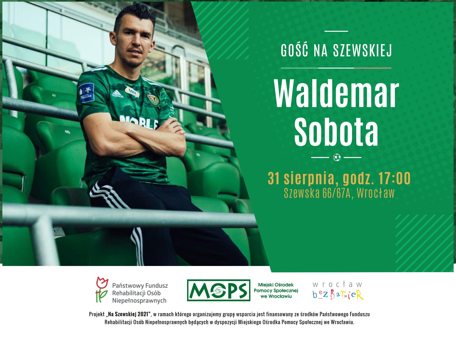 Po lewej stronie na trybunach siedzi Waldemar Sobota. Po prawej stronie napis: GOŚĆ NA SZEWSKIEJ. Waldemar Sobota. 31 sierpnia, godz. 17:00 Szewska 66/67A, Wrocław.